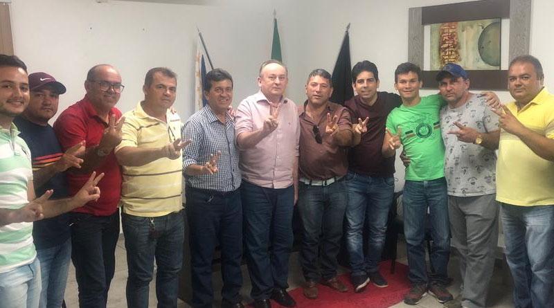 Prefeito Zé de Pedrinho recebendo a adesão do vereador Derval Olímpio/foto reprodução