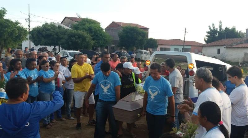 Amigos, familiares e colegas comparecem para o último Adeus ao Radialista Aniobel Vicente - VEJA