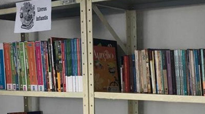Biblioteca com livros doados começa a funcionar na área de espera do Fórum de Sousa