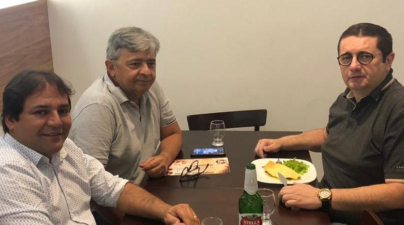 Flagrante mostra vereador Cacá Gadelha em conversa reservada com dois vereadores da situação em Sousa, será que vem novidade?? - Foto: reprodução